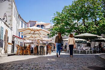 Twee vrouwen lopen op een terras in Saint-Nicolas in Frankrijk.